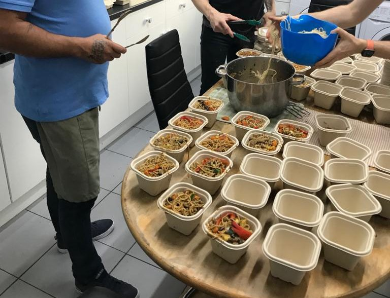 Residents cook healthy stir-fry